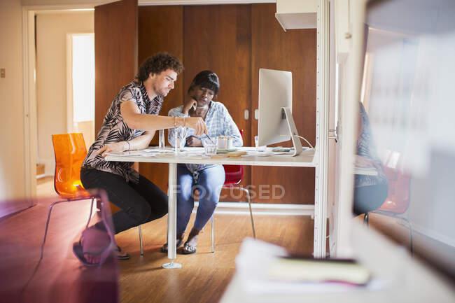 Junges multiethnisches Paar arbeitet im Homeoffice — Stockfoto