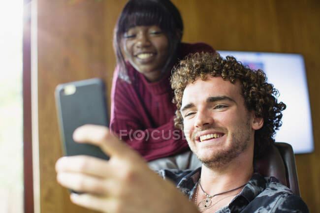 Glückliches junges multiethnisches Paar im Videochat mit Smartphone — Stockfoto
