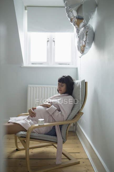 Сережа беременная в халате — стоковое фото