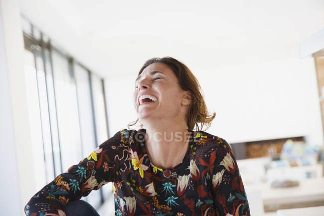 Ride, donna bruna felice — Foto stock