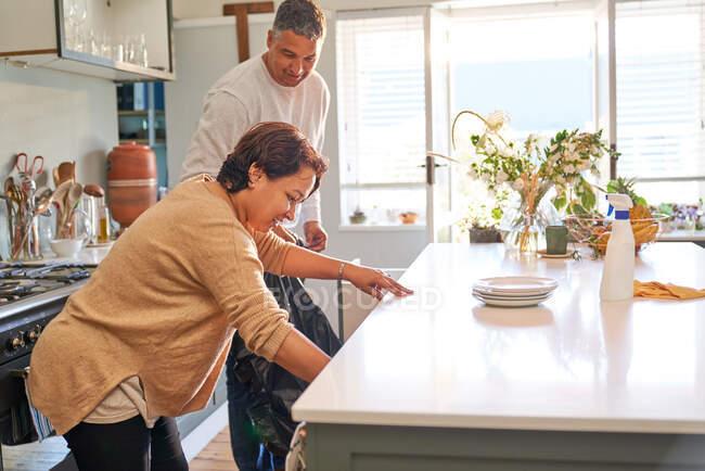 Maduro casal limpeza cozinha — Fotografia de Stock