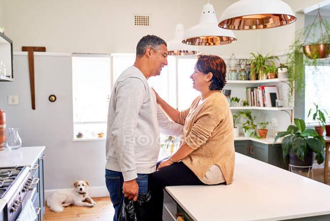Feliz carinhoso maduro casal falando no cozinha — Fotografia de Stock