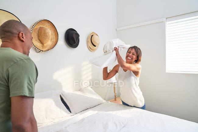Verspielt paar machen bett im schlafzimmer — Stockfoto