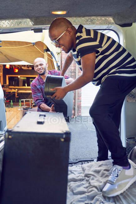 Männliche Musiker laden Musikinstrumente in Transporter — Stockfoto
