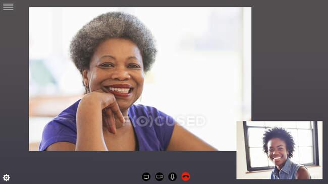 Joyeux visioconférence mère et fille en quarantaine COVID-19 — Photo de stock