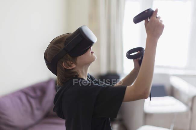Menino jogando jogo de vídeo com óculos VRS — Fotografia de Stock