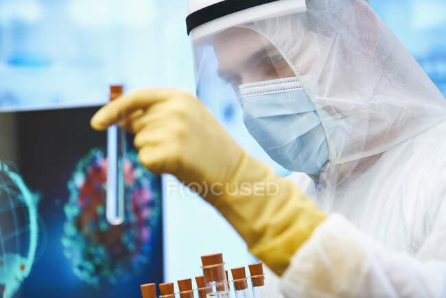 Gros plan homme scientifique avec éprouvette étudiant le vaccin contre le coronavirus — Photo de stock
