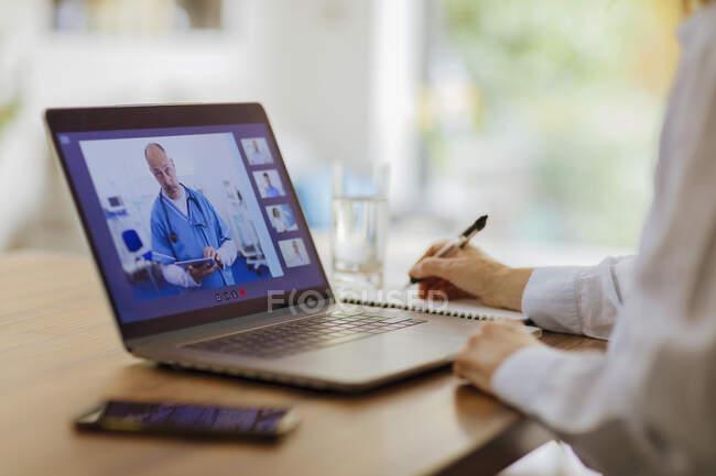 Mulher vídeo conversando com médicos no laptop de casa — Fotografia de Stock