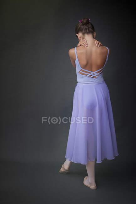 Bailarina con las manos en el cuello en el estudio - foto de stock