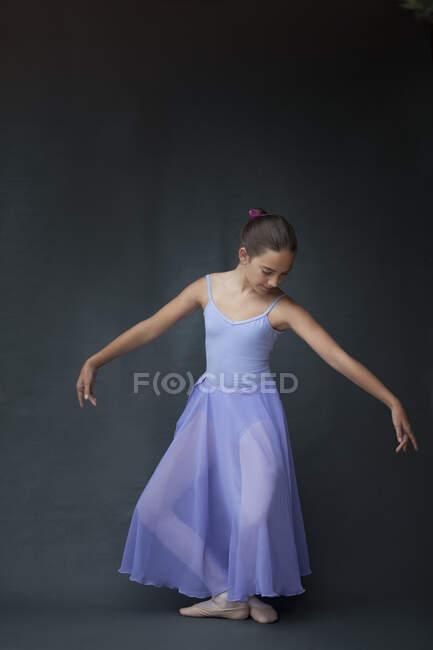 Bailarina posando en plie en estudio - foto de stock