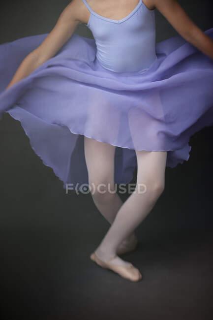 Ballerina se apresentando em estúdio — Fotografia de Stock
