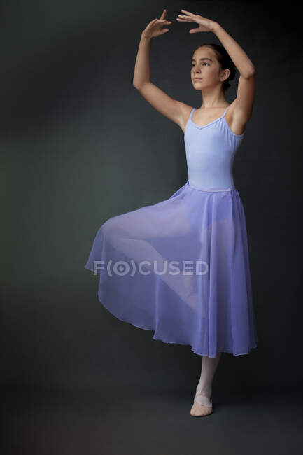 Bailarina posando en estudio - foto de stock