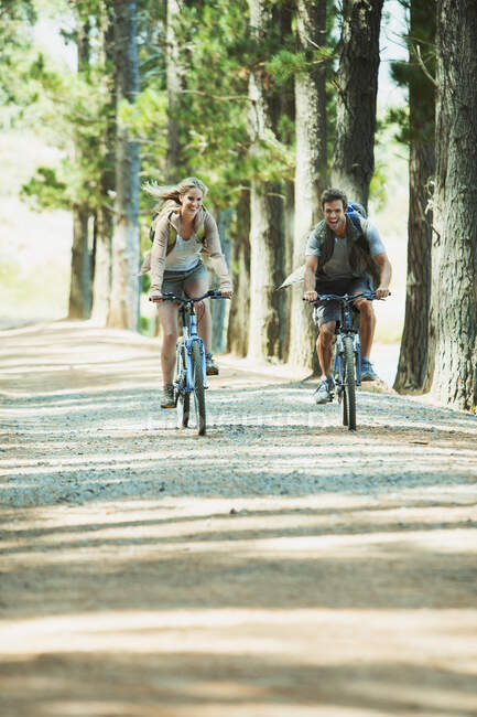 Couple à vélo de montagne dans les bois — Photo de stock