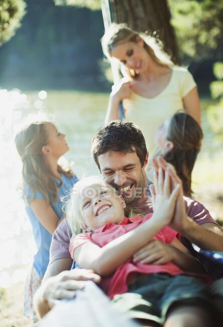 Семейный отдых на берегу озера — стоковое фото