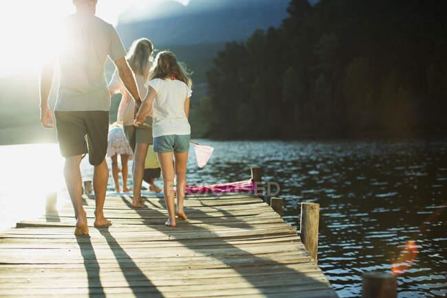 Passeggiata in famiglia sul molo sul lago — Foto stock