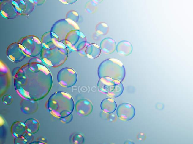 Прозрачные пузыри на синем фоне — стоковое фото