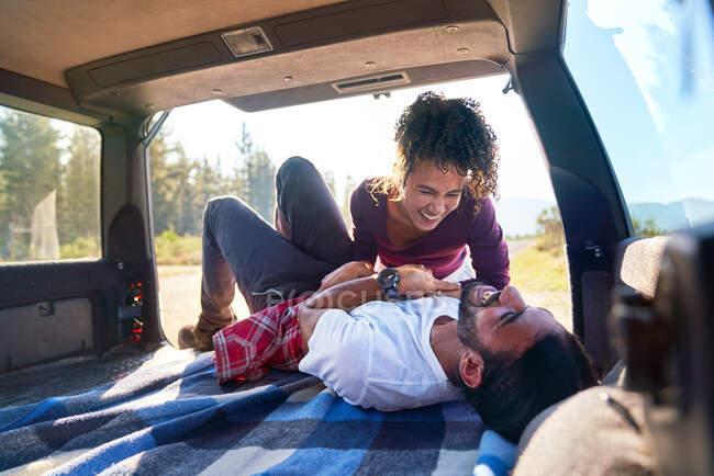 Щаслива молода пара сміється під час подорожі автомобілем. — стокове фото