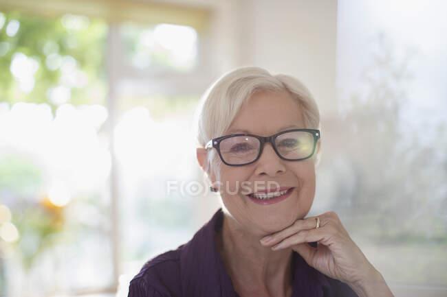 Ritratto felice donna anziana sicura di sé negli occhiali — Foto stock
