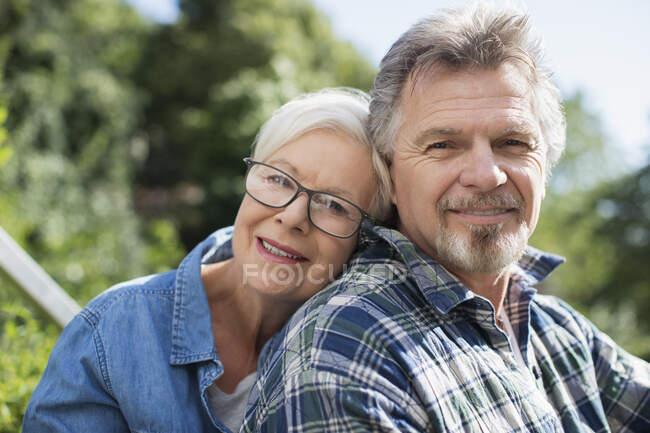 Porträt glückliches, liebevolles Seniorenpaar — Stockfoto