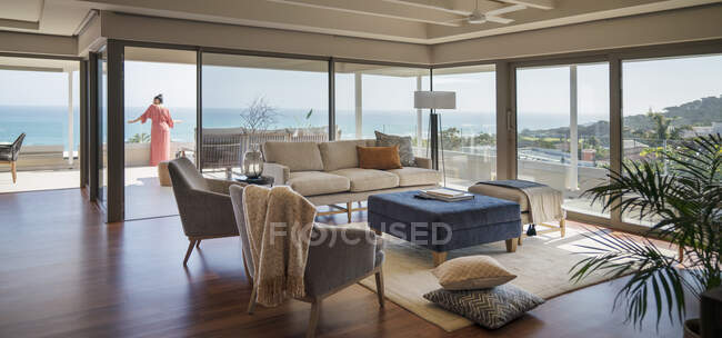 Woman on luxury home showcase patio with scenic ocean view — Foto stock