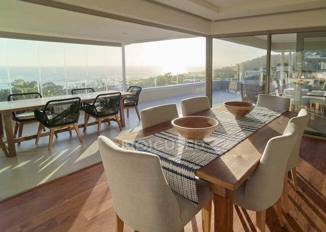 Sunny home showcase interior dining room with scenic ocean view — Foto stock