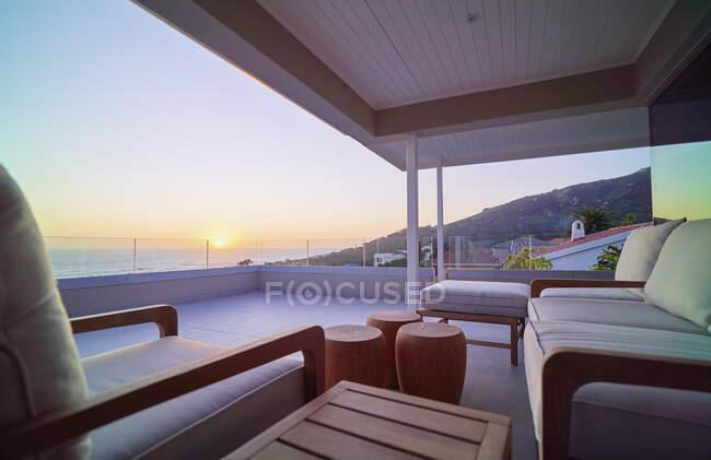 Vista panoramica sull'oceano tramonto dal balcone vetrina casa di lusso — Foto stock