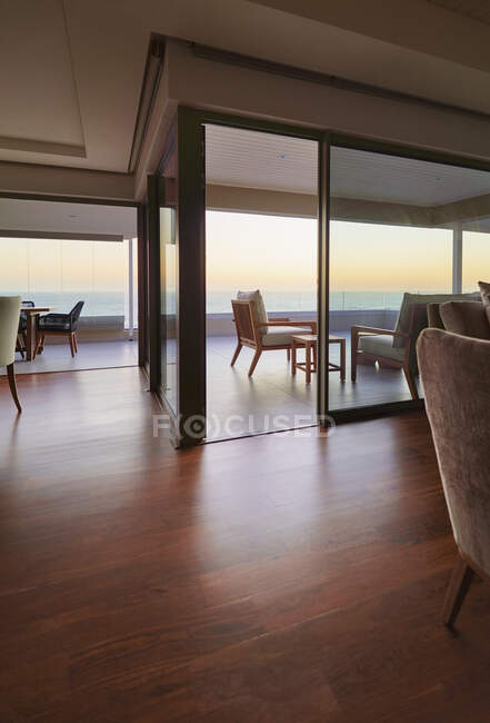Hardwood floors in home showcase interior with sunset ocean view — Stock Photo