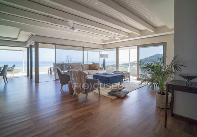 Home vetrina interni con pavimenti in legno massello e soffitto con travi in legno — Foto stock