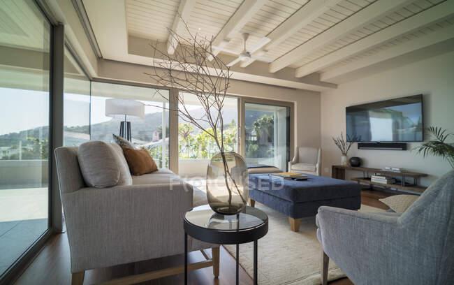 Внутренняя гостиная с деревянным потолком — стоковое фото