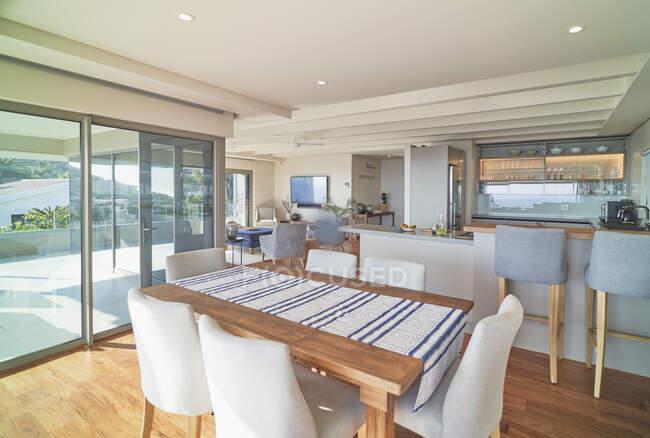 Home vetrina interno sala da pranzo e cucina — Foto stock