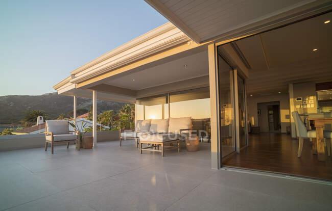 Divano e poltrona sul patio vetrina casa soleggiata — Foto stock