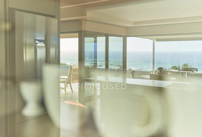 Reflection of sunny scenic home showcase ocean view — Stock Photo