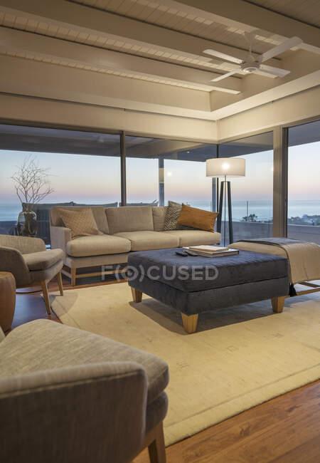 Casa di lusso vetrina soggiorno interno — Foto stock