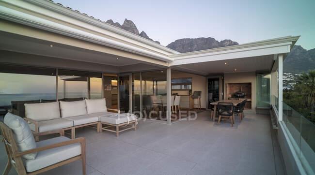Home vetrina esterna patio di lusso — Foto stock