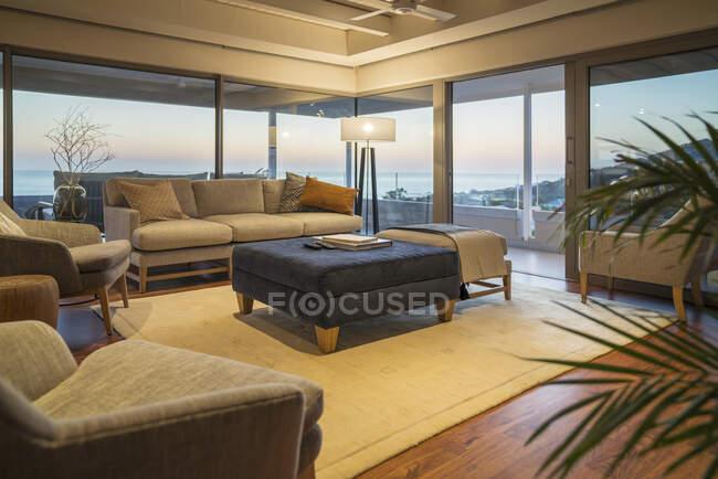 Maison de luxe vitrine salon intérieur avec vue sur l'océan — Photo de stock