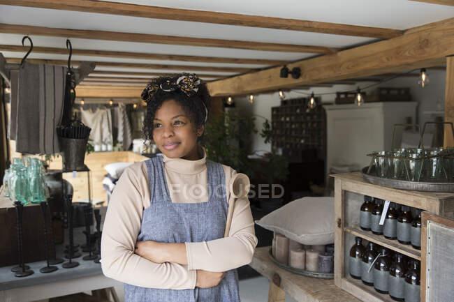 Портрет Впевнена жінка - власник магазину зі схрещеними руками. — стокове фото
