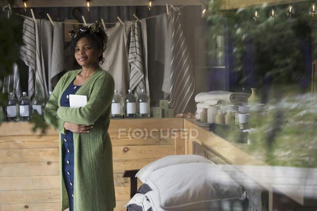 Портрет упевнена жінка - власник магазину в домашньому магазині. — стокове фото