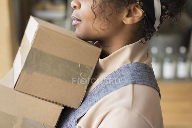 Close up proprietário da loja feminina com caixas de papelão — Fotografia de Stock