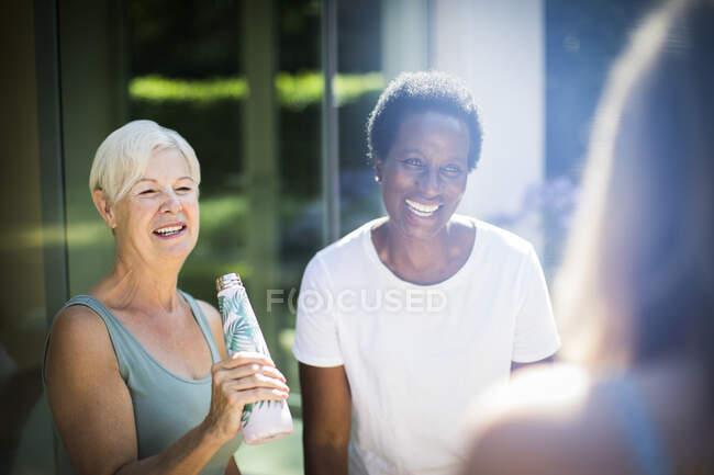 Mulheres idosas felizes amigos rindo no pátio de verão ensolarado — Fotografia de Stock