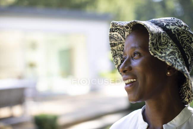 Портрет надіється щаслива старша жінка в сонцезахисному капелюсі — стокове фото