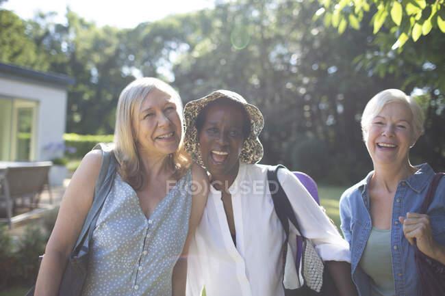 Портрет літніх жінок на сонячному городі — стокове фото