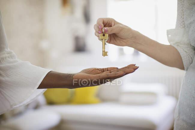 Cerca de la mujer que recibe llaves de alquiler de casa - foto de stock