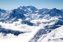 Des sommets enneigés et glacier enveloppée dans les nuages — Photo de stock