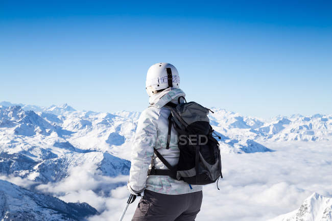 Back view of skier looking at mountains — Stock Photo