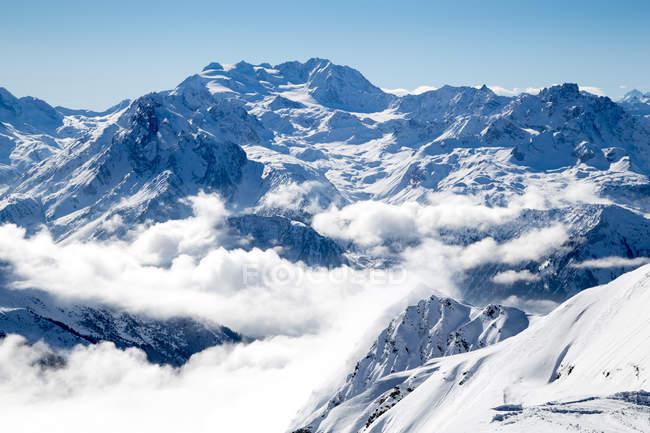 Sui picchi innevati e ghiacciaio avvolta in nubi — Foto stock