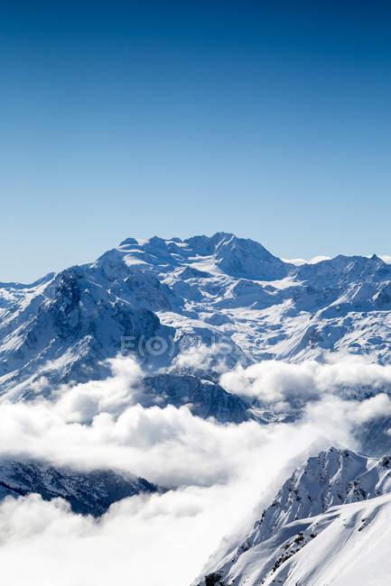 Verschneite Berggipfel und Gletscher in Wolken eingehüllt — Stockfoto