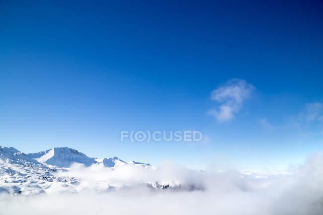 Catena montuosa spessa coltre di nubi — Foto stock