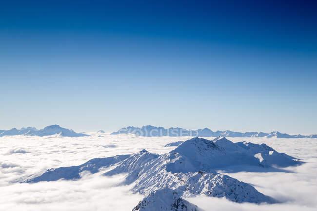 Bergkette in dicker Wolkenschicht — Stockfoto