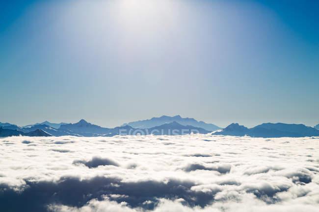 Гірський масив на товстим шаром хмари — стокове фото