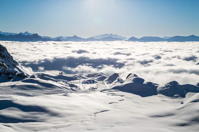 Vista aérea da nuvem coberto montanhas e estância de esqui — Fotografia de Stock